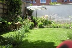 Sonniger Garten in der Stadt